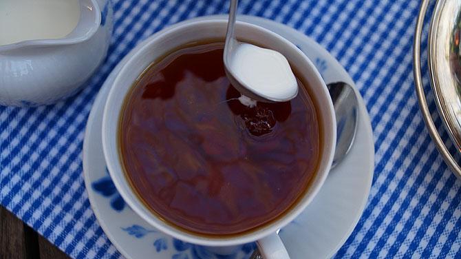 Sahne richtig in den Tee gießen