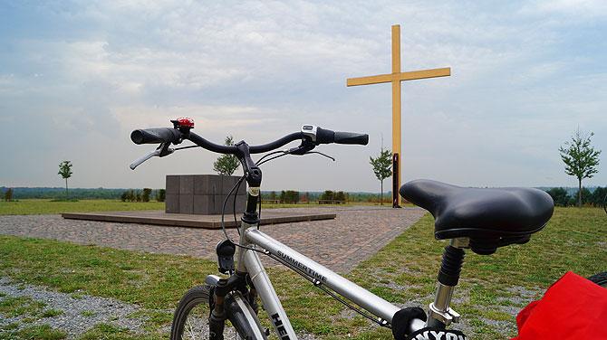 Auf dem Gipfel ist das Kreuz mit Basaltaltar.