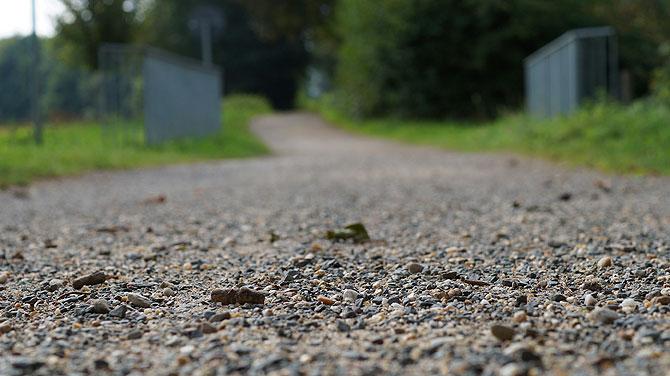 Kaum asphaltierter Weg, dafür viel Kies