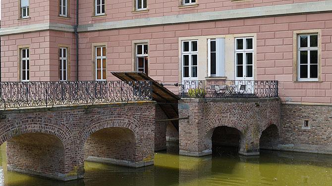 Hängebrücke ohne Krokodile im Burggraben
