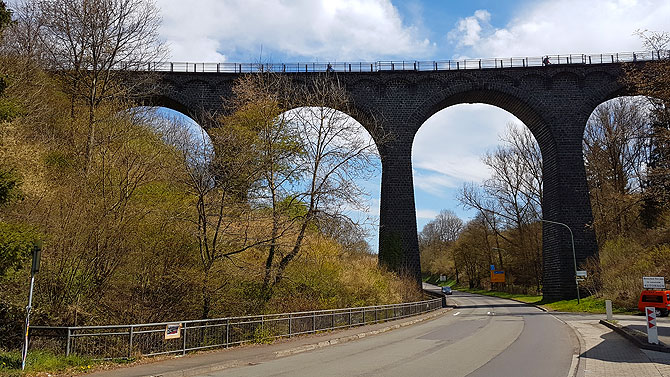 Es ist das Wahrzeichen von Daun, das 30 Meter hohe Viadukt