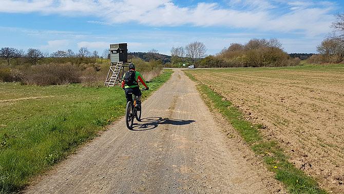 Es geht beim Mountainbiken in der Vulkaneifel auch über Feldwege