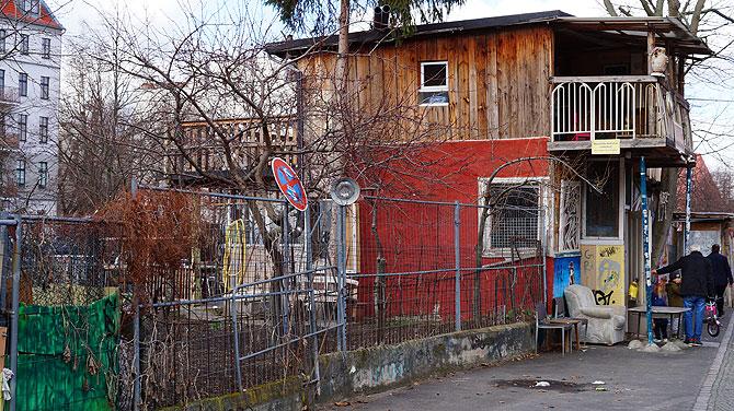 Einwanderer Osman baut erst einen Garten und dann ein Haus auf das Gelände
