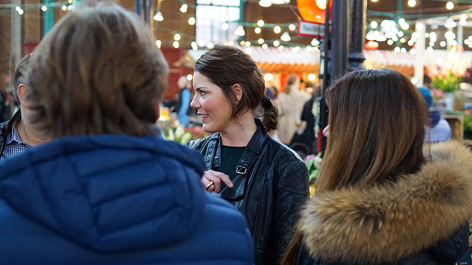 Stephie erklärt was es alles Besonderes in der Markthalle gibt wie zum Beispiel den Wochenmarkt