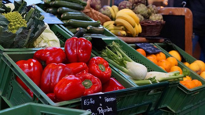 Frisches Gemüse und Street Food in der Markthalle Neun in Berlin Kreuzberg