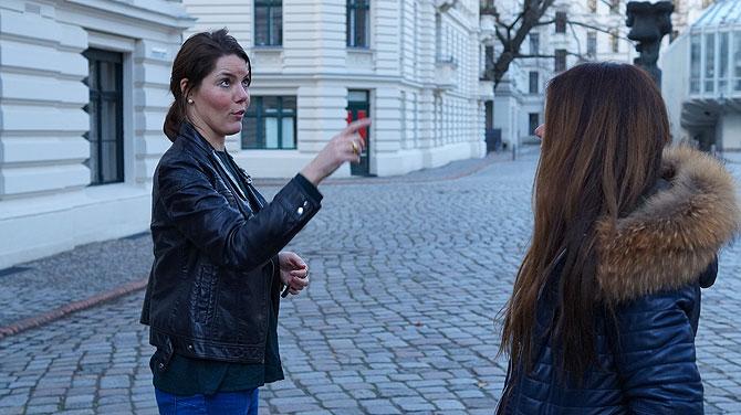 Stephie erklärt die Besonderheit von Riehmers Hofgarten in der Yorckstraße