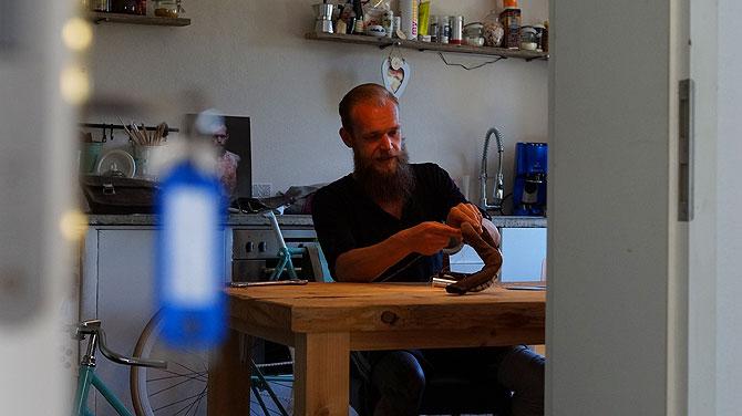 Ob Wohnzimmer oder Küche, Florian arbeitet überall an den Fahrrädern.
