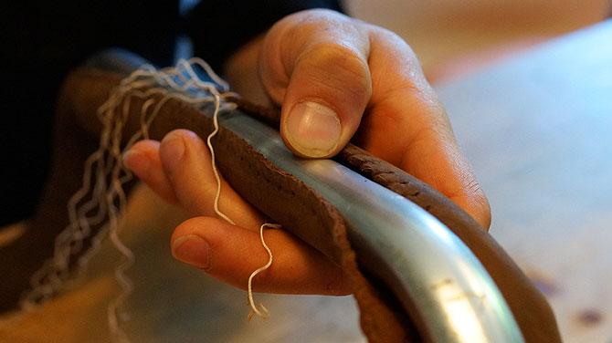 Das Lochen des Leders für das Lenkrad braucht Fingerfertigkeit.