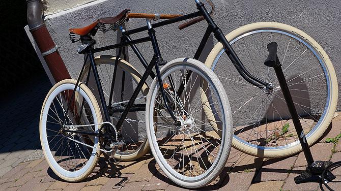 Mit diesen beiden Rädern ist Flori im Alltag unterwegs.