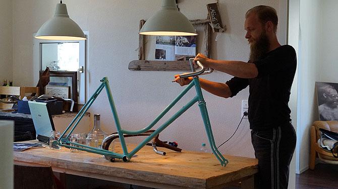 Am Küchentisch bastelt Florian Hipp am nächsten Rad.