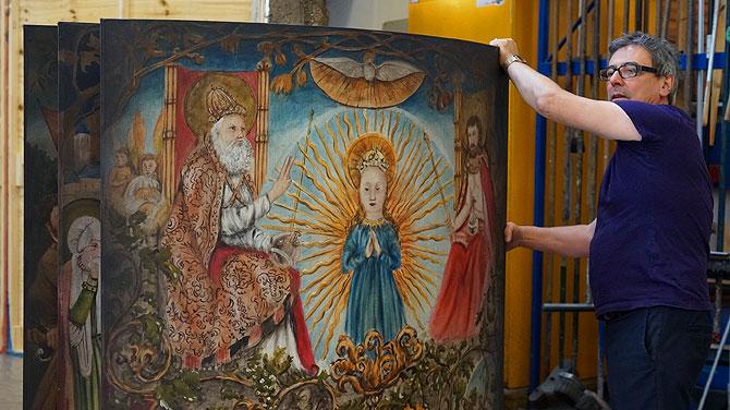 Das Gemälde bringt einen kirchlich-christlichen Touch in das Stück.