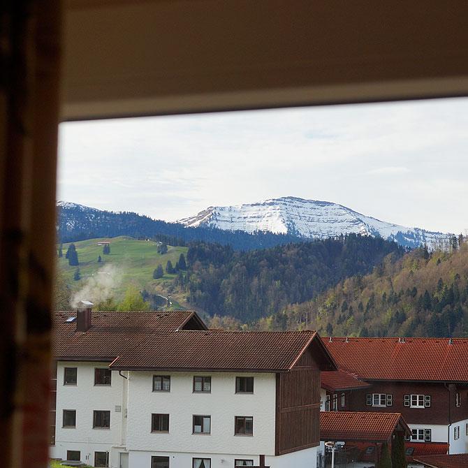 Selbst beim Blick aus dem Fenster gibt es ein tolles Bergpanorama.