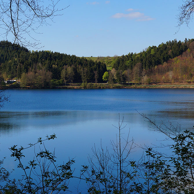 Die Blauen Maare sind Wahrzeichen der Region.