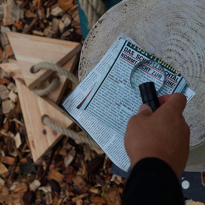 Lupe und Zeitungsartikel