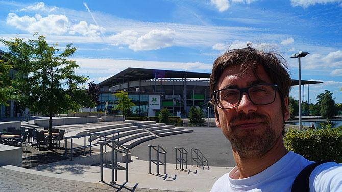 Ich vor dem Stadion des VfL Wolfsburg