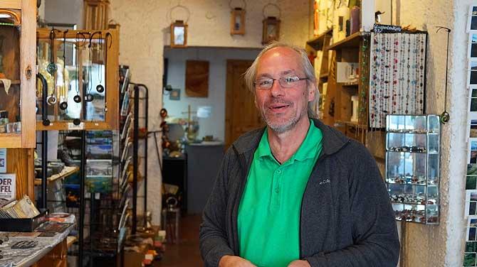 Der Erwachsene Michael Moll in seiner Kerzenmanufaktur