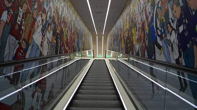 Durch den Spielertunnel mit Fangesängen geht es los.