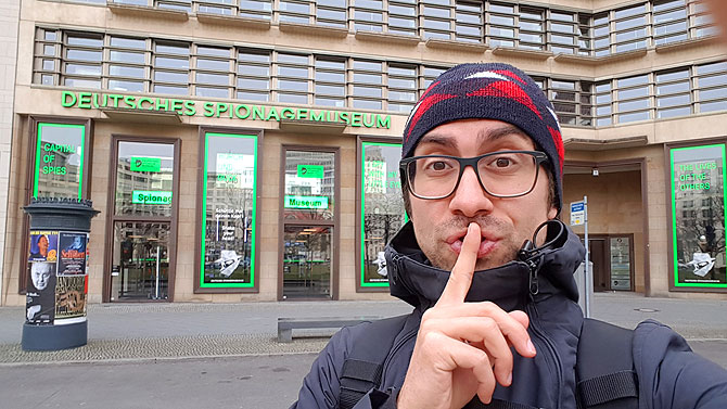 Ich vor dem Berliner Spionagemuseum