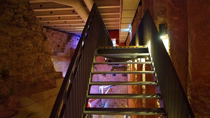 Treppen führen auf zwei Etagen.