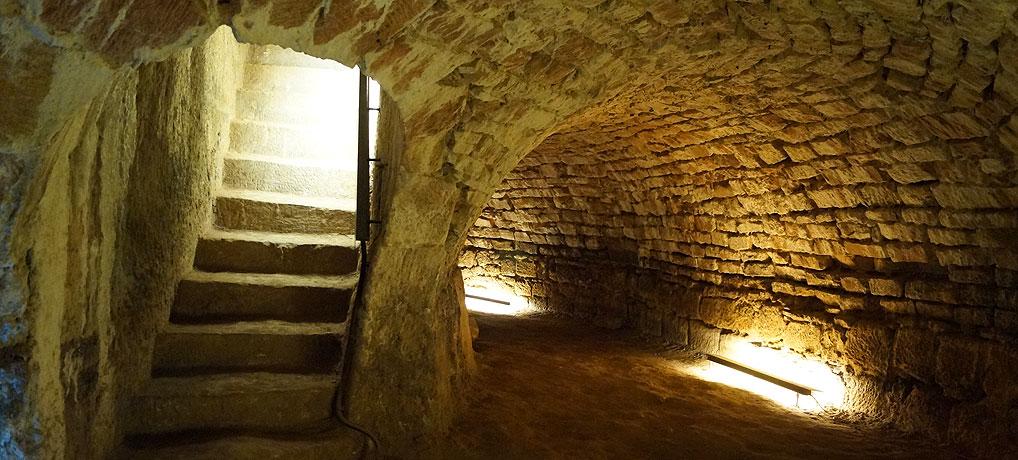 Die Kasematten unter dem Schloss gehören zu den wichtigen Sehenswürdigkeiten in Saarbrücken.