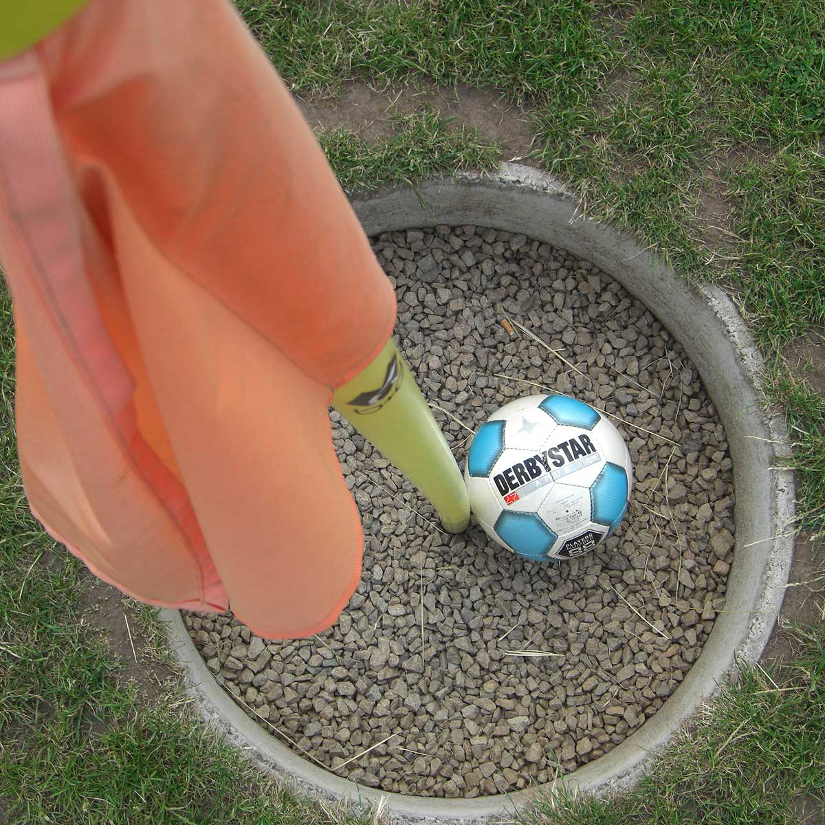 Einlochen beim Fußballgolf Beckingen