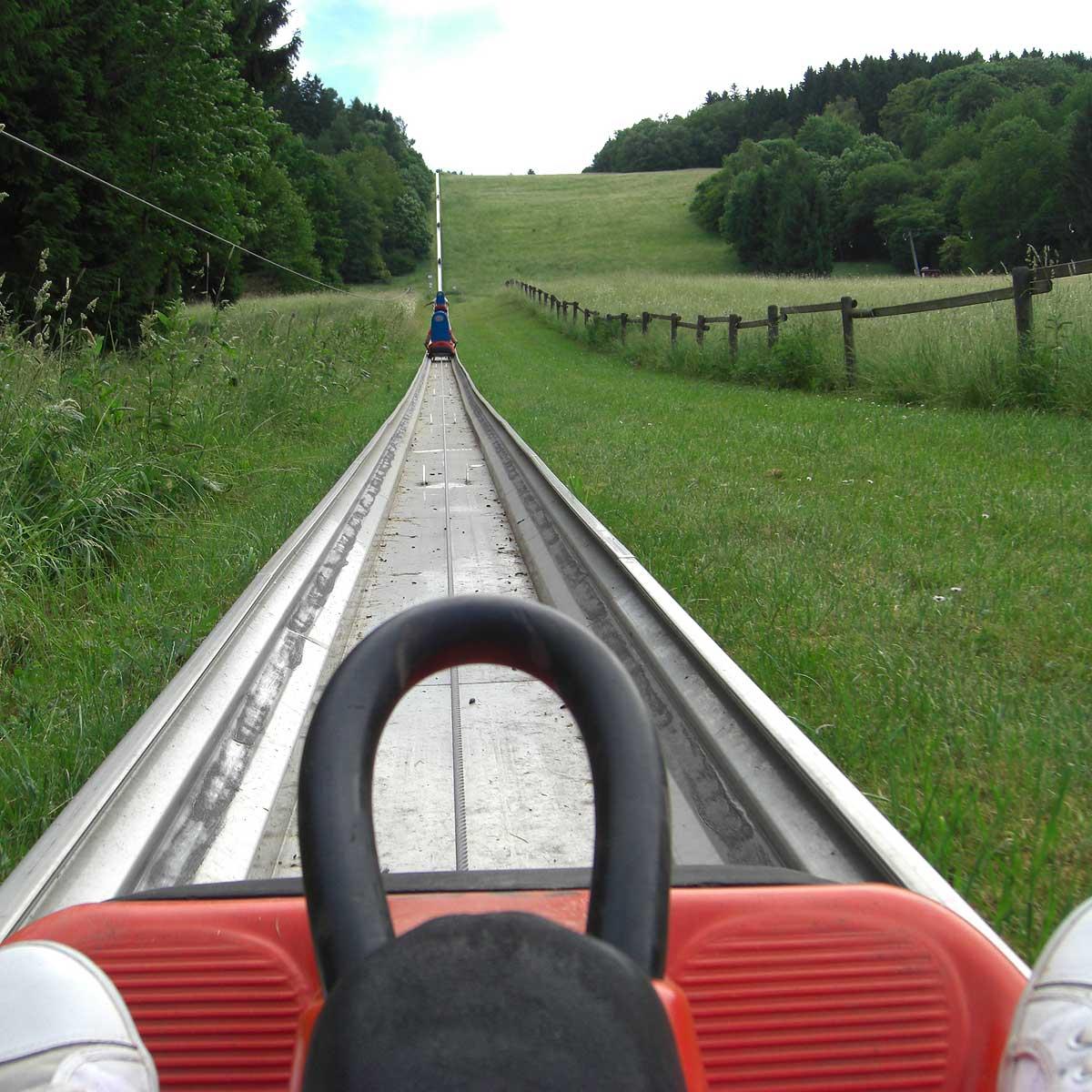 Der Aufstieg vor dem Fall an der Sommerrodelbahn am Peterberg