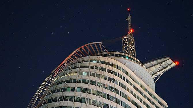 Nachts wirkt das Atlantic Sail wie ein Ufo.