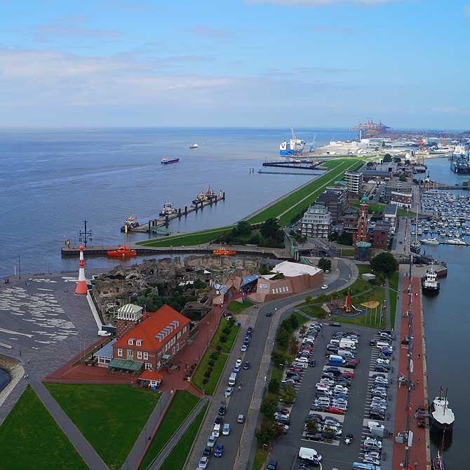 Blick von Aussichtsplattform auf Hafen