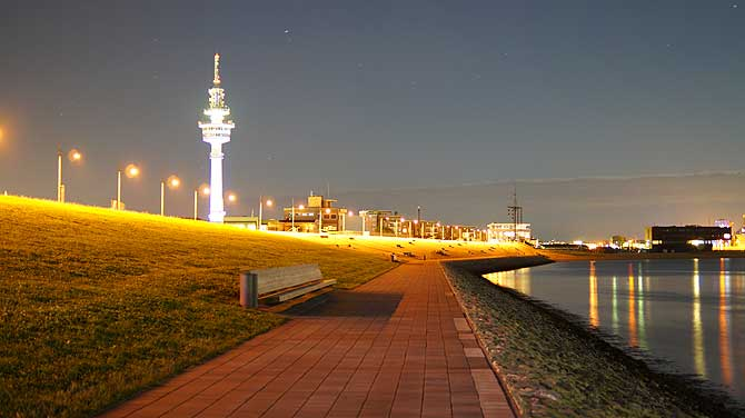 Deich alias Hafenpromenade Bremerhaven bei Nacht