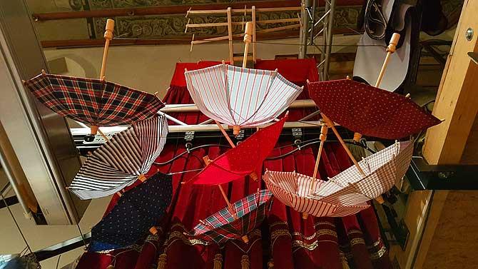 Die Schirme sind für die hölzernen Darsteller