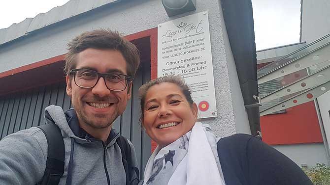 Ich mit Sabine vor ihrer Bio Genussmanufaktur in Sankt Ingbert im Saarland