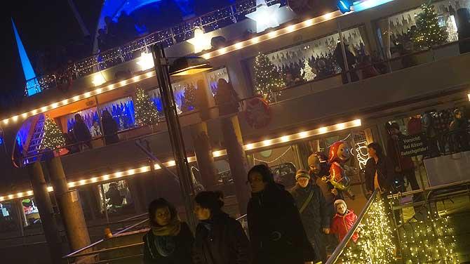 Das Weihnachtsmarkt Schiff mit der Ice Bar