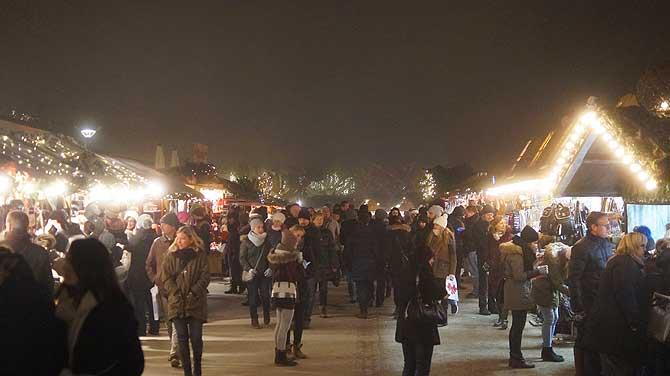 Weihnachtsmarkt-Stände am Hafen