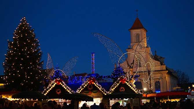 Stadtkirche und Weihnachtsbaum