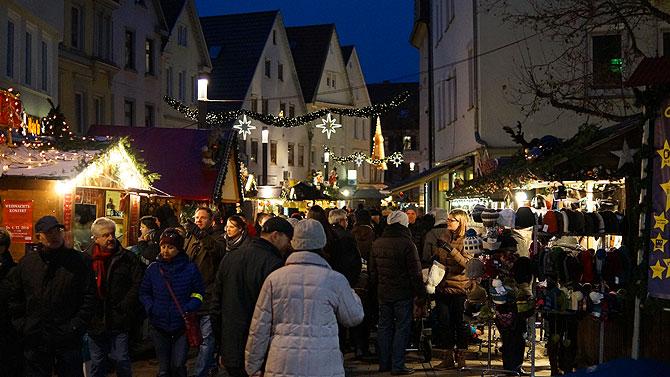 Typische Weihnachtsmarkt-Stände