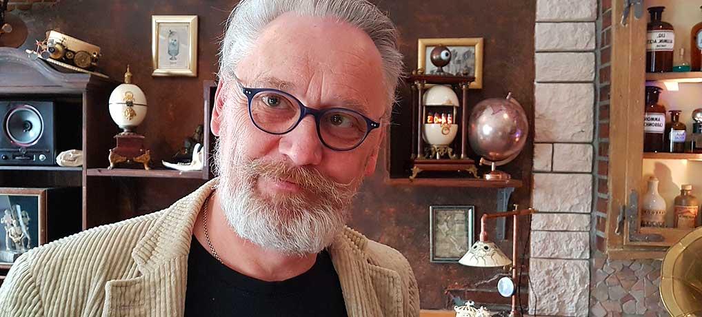 Udo Kreutz aus Ulmen ist tagsüber Gastronom und abends Steampunk.