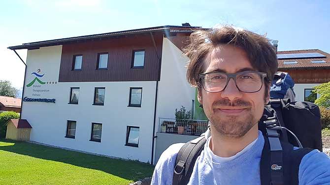 Ich vor dem Biohotel Eggensberger in Hopfen am See