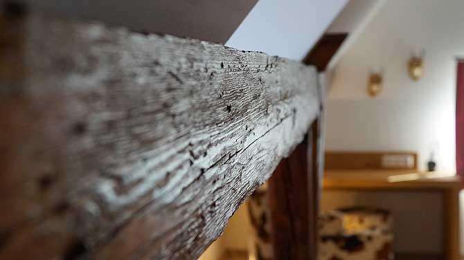 Balken im Zimmer statt Holz vor der Hütte