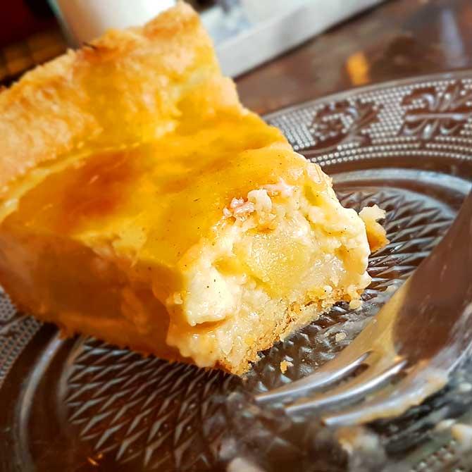 Frischer Apfelkuchen im Cafe