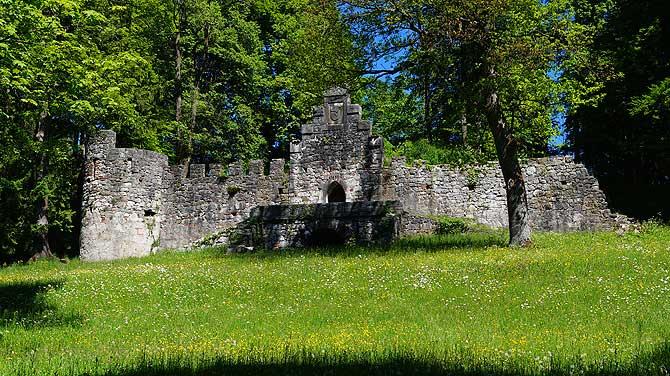 Burgruine im Baumgarten von Füssen