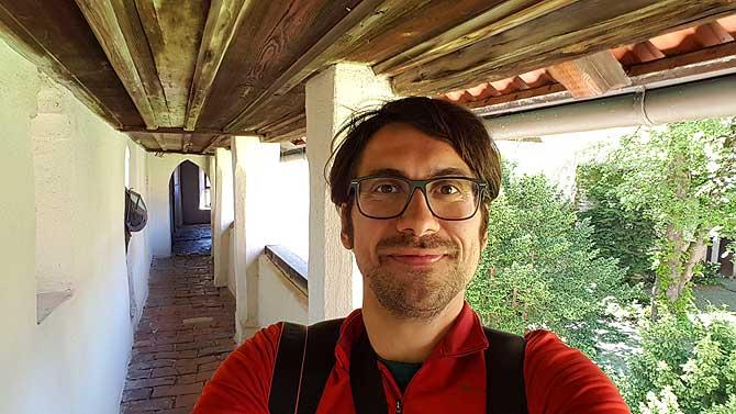 Ich am Wehrgang auf dem Weg zu einer der beliebtesten Sehenswürdigkeiten in Füssen