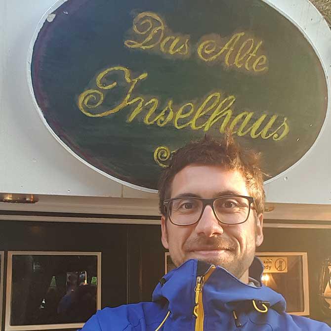 Ich vor dem Inselhaus Restaurant auf Spiekeroog