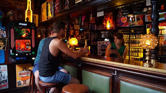 An der Bar in Onkel Willys Pub ist immer was los.