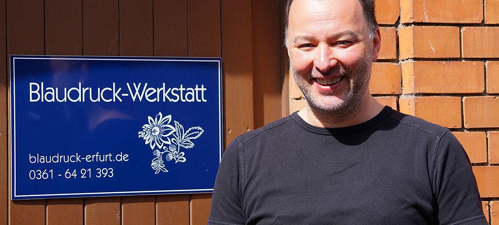 Kris vor seiner Blaudruckwerkstatt in Erfurt in Thüringen
