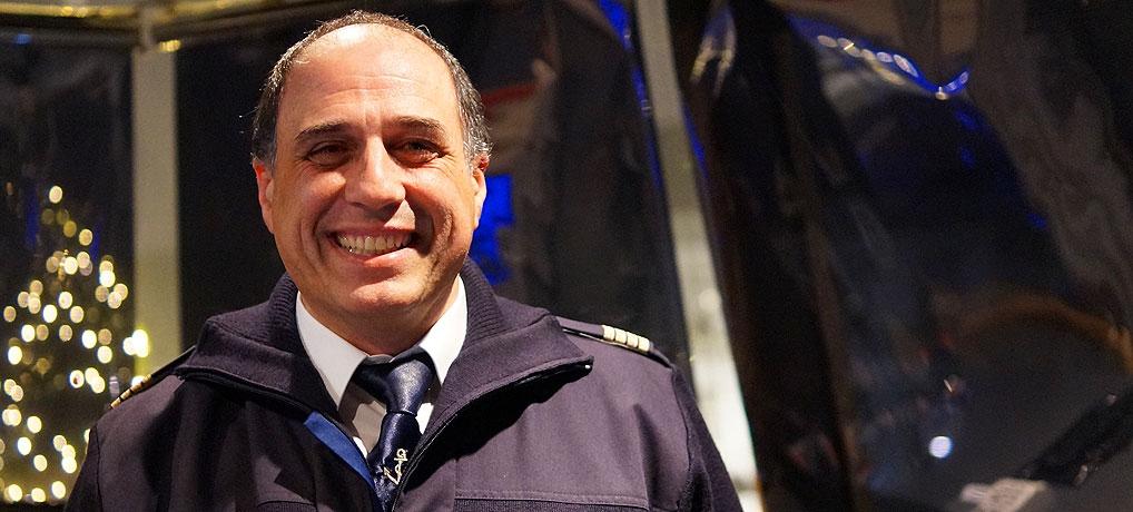 Schiffsführer Rocco steht Rede und Antwort beim Interview mit der BSB in Konstanz am Bodensee