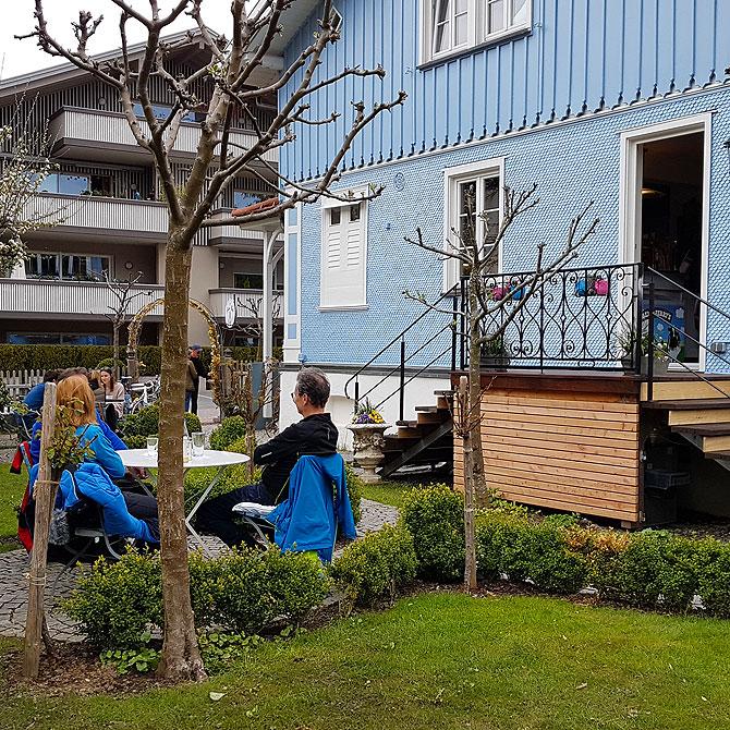 Gemütlicher Garten vor dem Blauen Haus