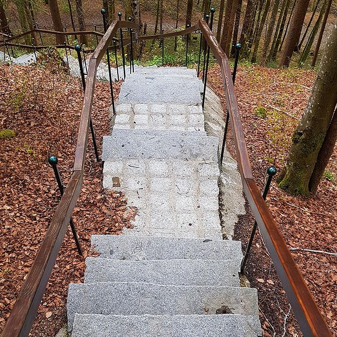 Exakt hundert Stufen geht es die Treppe hoch oder runter.