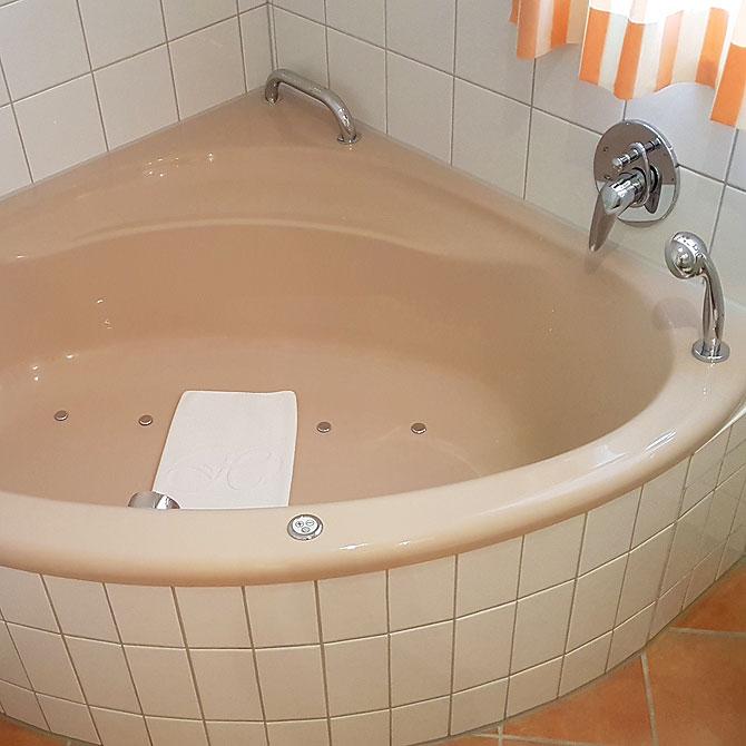 Whirpool oder Badewanne auf dem Zimmer