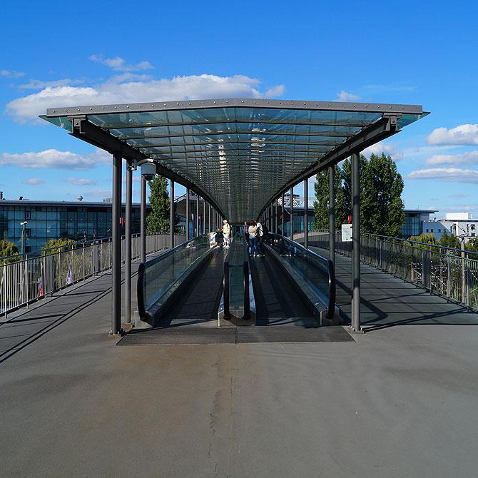 Zu Fuß rollt man in die Autostadt Wolfsburg.
