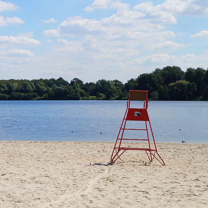 Baywatch am Allerpark-Sandstrand, einer der Sehenswürdigkeiten in Wolfsburg.